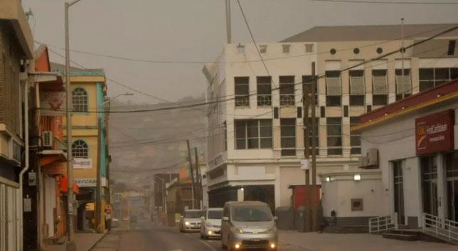 Vulcão de São Vicente deixa nuvem de cinzas após erupção